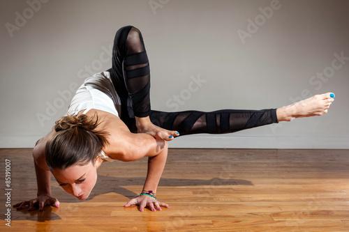 Staande foto School de yoga Female Model Maksikanagasana Dragonfly Pose