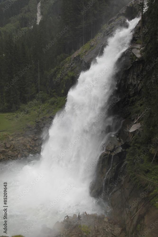 Górski wodospad rzeczny – kaskada skalna (waterfall)