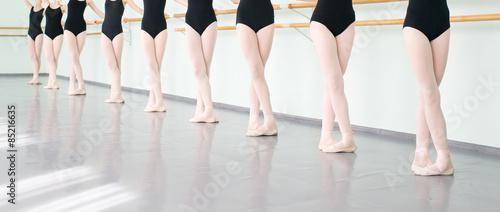 fototapeta na szkło nogi tancerzy baletnic w klasie tańca, baletu klasycznego