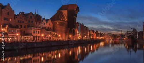 fototapeta na szkło Gdańsk - Noc panorama nabrzeża Motławy