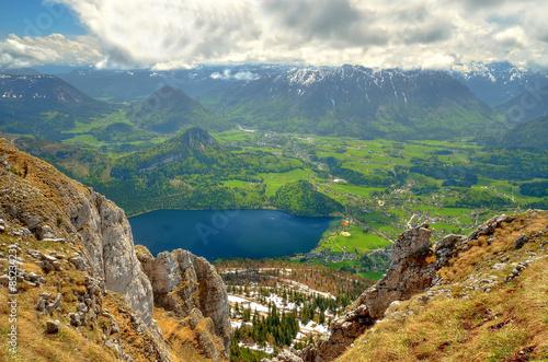 obraz dibond Górski krajobraz w austriackich Alpach. Widok z Loser szczyt nad Jeziora i Altausseer wsi Altausse w Dead gór Totes Gebirge) (w Austrii.