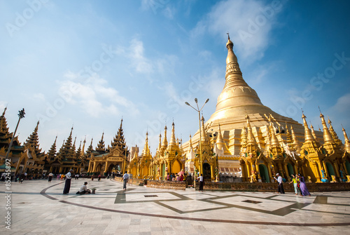 Photo  The Shwedagon Pagoda in Yangon, Myanmar
