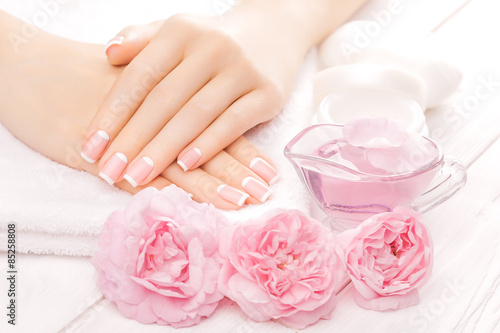 Photographie  Manucure française aux fleurs roses. spa