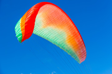 Fototapetavoile de parapente sur fond de ciel bleu
