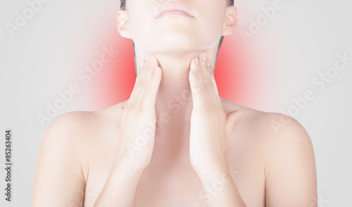 Valokuva  Donna con dolore gola collo trachea