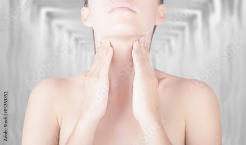 Valokuva  Donna con mani su gola palpazione