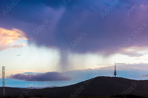 Foto  Canberra City At Dawn Twilight Under The Cloudy Sky