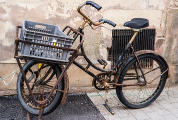 Fototapeta na wymiar Antikes Fahrrad in einer Gasse