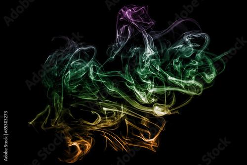 In dunklen Rauchfahnen