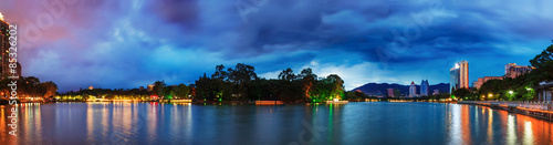 Photo  Dramatic sky over a water park in Fuzhou,China