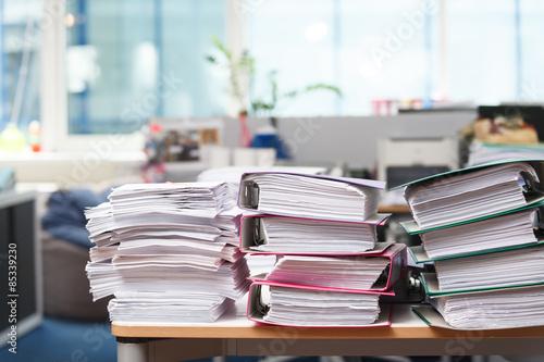 Fotografía  Cierre de pila de papel sobre el escritorio de oficina