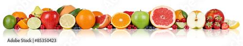 Früchte Orangen Zitronen Apfel Erdbeeren in einer Reihe - 85350423