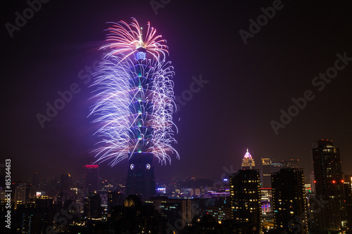 Photo  Taipei's 101 Tower (the tallest of the world a few years ago) being lit up by fireworks in from of millions of people watching around the city
