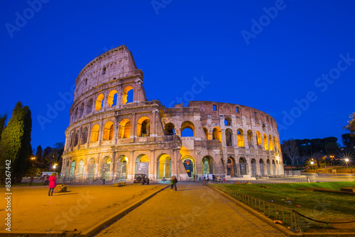 Photo  Colosseum at night in Rome, Italy