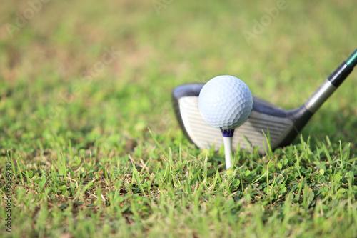 Photo  golf ball on tee in a beautiful golf club