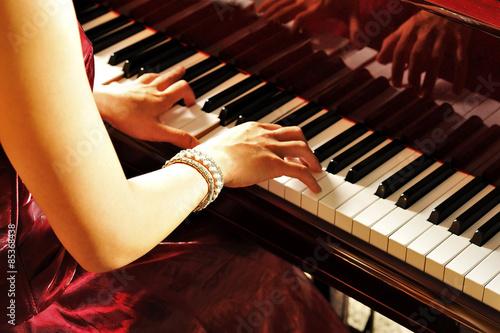 Fotografie, Obraz  グ ラ ン ド ピ ア ノ を 弾 く 女性 の 手