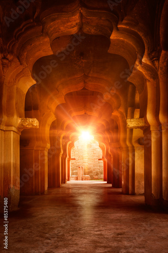 Poster Ruine Old ruined arch in ancient palace at sunset