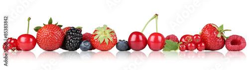 Fotobehang Vruchten Beeren Früchte Erdbeeren Himbeeren Kirschen in einer Reihe