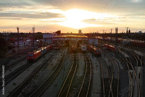 Wall Murals Northern Europe Sonnenuntergang am Rangierbahnhof mit Zügen, Waggons, Gütern