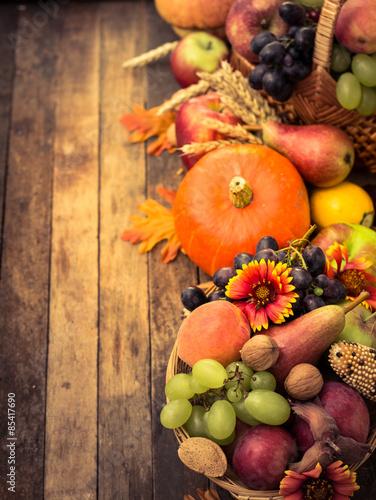 jesienne-tlo-z-owocami-i-warzywami