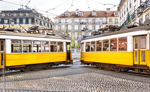 dwa-slynne-zabytkowe-zolte-tramwaje-w-centrum-miasta-lizbona