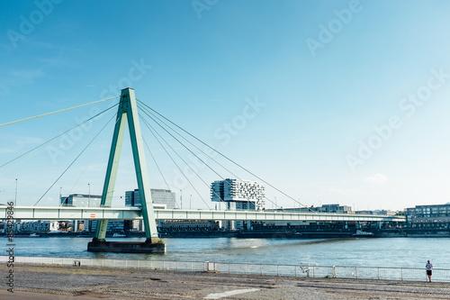 Staande foto Rotterdam Severinsbrücke vor Kranhäusern in Köln