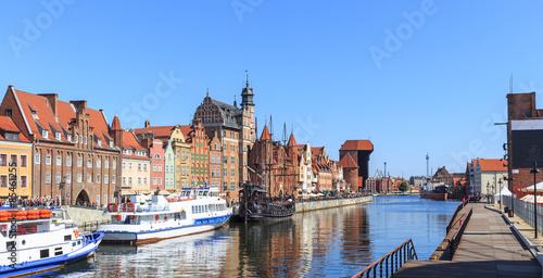 Gdańsk, nabrzeża Motławy - po lewej Długie Pobrzeże ze Starym Żurawiem, po prawej otwarte w 2014 roku nabrzeże Wyspy Spichrzów