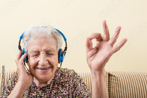Fotografie, Obraz  senior woman listening music