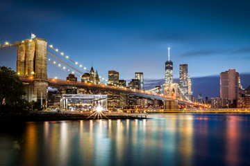 Fototapeta na wymiar Brooklyn Bridge and the Lower Manhattan skyline at dusk