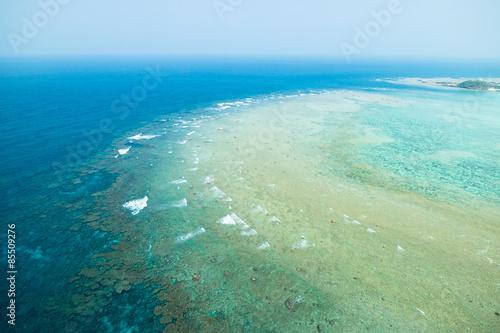 Widok z lotu ptaka rafa koralowa z jasną błękitną tropikalną wodą