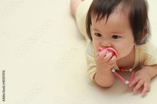 Fotografie, Obraz  おしゃぶりをくわえる赤ちゃん(0歳児)