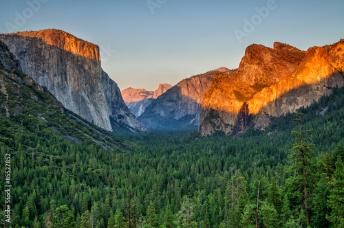 Photo  Yosemite valley at sunset from tunnel view