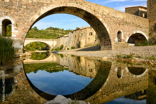 Fotografia Reflection and symmetry with a medieval bridge in Lagrasse