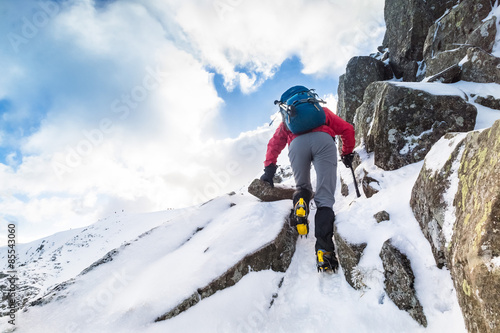 Fotomural A climber ascending a snow covered ridge