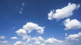 Chmury na pięknym niebie