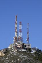 Repetidor De Telecomunicaciónes En Pleno Invierno Con El Paisaje Nevado