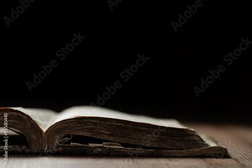 Fototapeta Obraz starého Holy Bible na dřevěném podkladu v tmavém prostoru s malou hloubkou