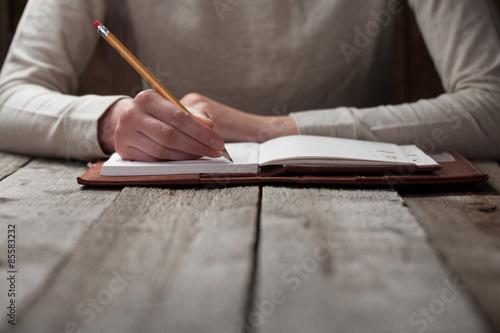 Fotografie, Obraz  Ruka píše s perem v notebooku