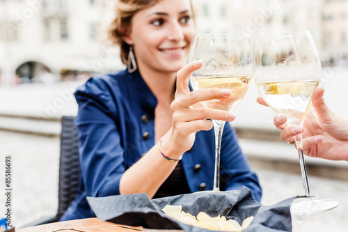Photo Women drinking an aperitif in a bar