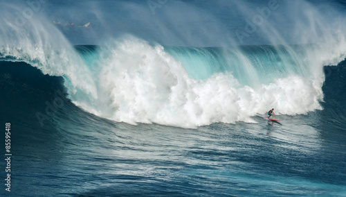Photo  MAUI, HAWAII, USA-DECEMBER 10, 2014: Unknown surfer is riding a