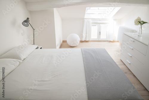 camera da letto bianca e luminosa – kaufen Sie dieses Foto und ...