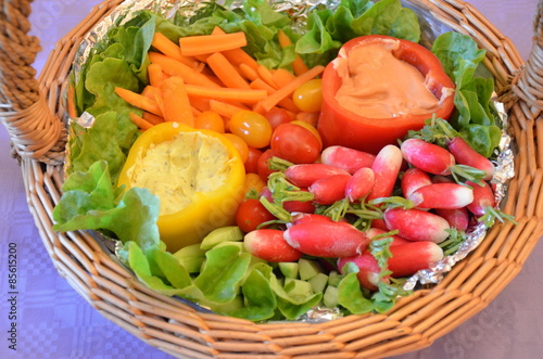 Foto op Plexiglas Voorgerecht Panier crudités légumes apéritif végétarien
