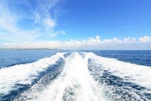沖縄の青い海と航跡