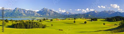 In de dag Panoramafoto s Panorama Landschaft in Bayern mit Alpen, Berge und Wiesen im Allgäu