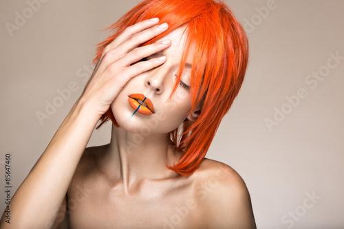Fotografie, Obraz Krásná dívka v oranžové paruku cosplay stylu se světlými kreativní rty