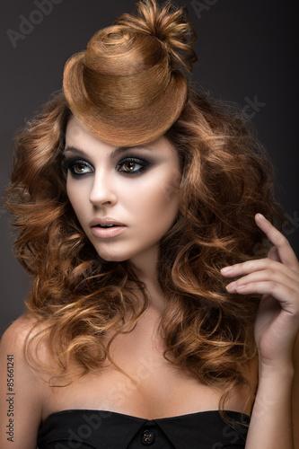 piekna-kobieta-z-wieczorowym-makijazem-i-fryzura-jak-czapke