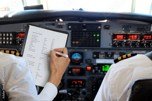 Photo Zwei Ploten im Cockpit Checkliste