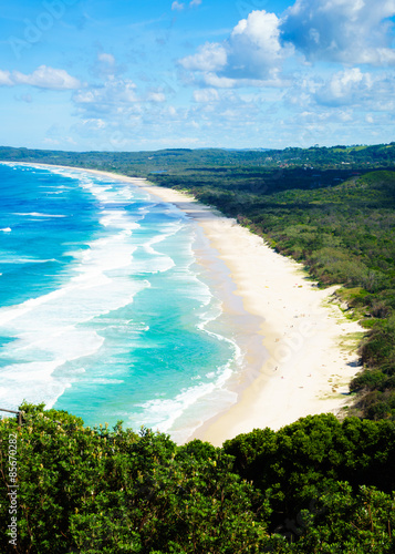 Fotomural Byron Bay Tallow Beach under a blue sky with fluffy white clouds
