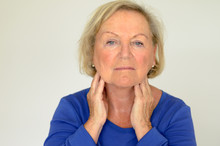 Seniorin Hat Halsschmerzen