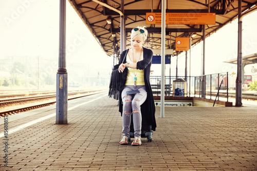 Fotografía  Frau wartet auf verlassenen Bahnhof auf ihren Zug